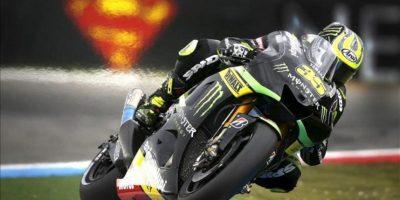 El piloto británico de MotoGP Carl Crutchlow (Yamaha YZR M 1), compite durante la sesión de entrenamientos clasificatorios realizada en el circuito de Assen. EFE
