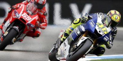El piloto italiano de MotoGP Valentino Rossi (d) (Yamaha YZR M 1) y el estadounidense Nicky Hayden (Ducati Desmosedici). EFE