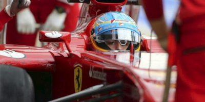 El piloto español Fernando Alonso, de Ferrari, en la calle de garajes durante la segunda sesión de entrenamientos libres para el Gran Premio de Gran Bretaña de Fórmula Uno. EFE