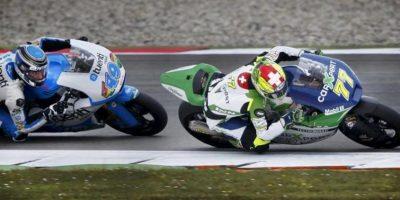 El piloto español de Moto2 Àxel Pons (i) (Tuenti HP 40) y el suizo Dominique Aegerter (d) (Technomag carXper), compiten durante la sesión de entrenamientos clasificatorios realizada en el circuito de Assen. EFE