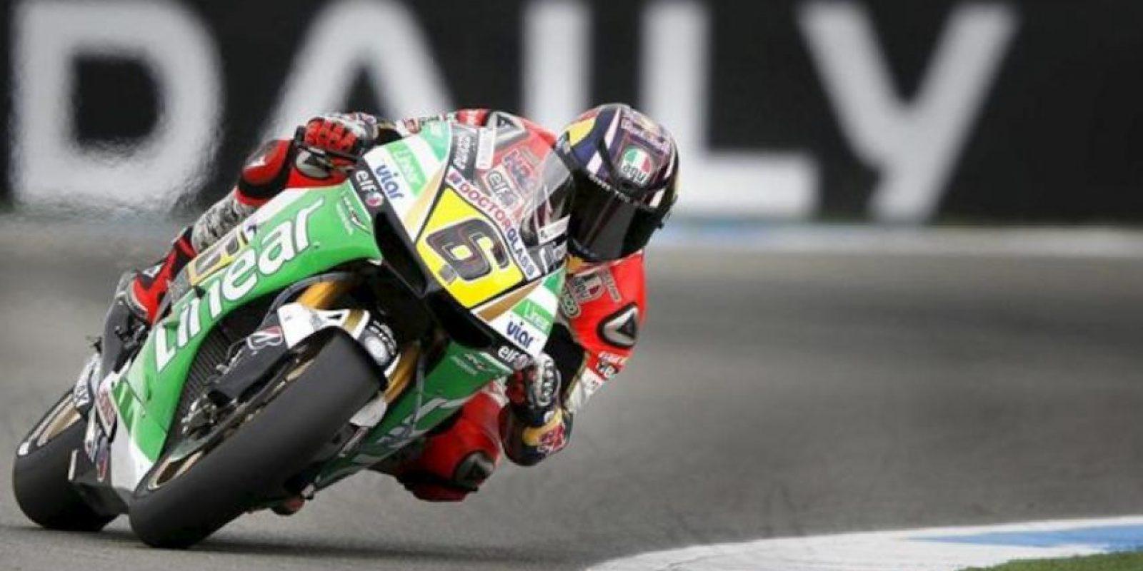 El piloto alemán de MotoGP Stefan Bradl (Honda RC 213 V) compite durante la sesión de entrenamientos clasificatorios realizada en el circuito de Assen. EFE