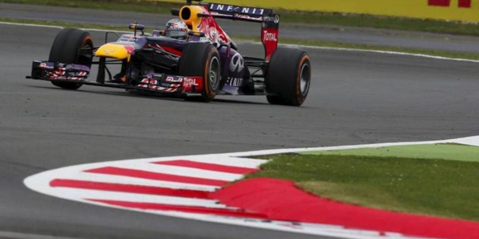 El piloto alemán Sebastian Vettel, de Red Bull Racing, conduce su monoplaza durante la segunda sesión de entrenamientos libres para el Gran Premio de Gran Bretaña de Fórmula Uno. EFE