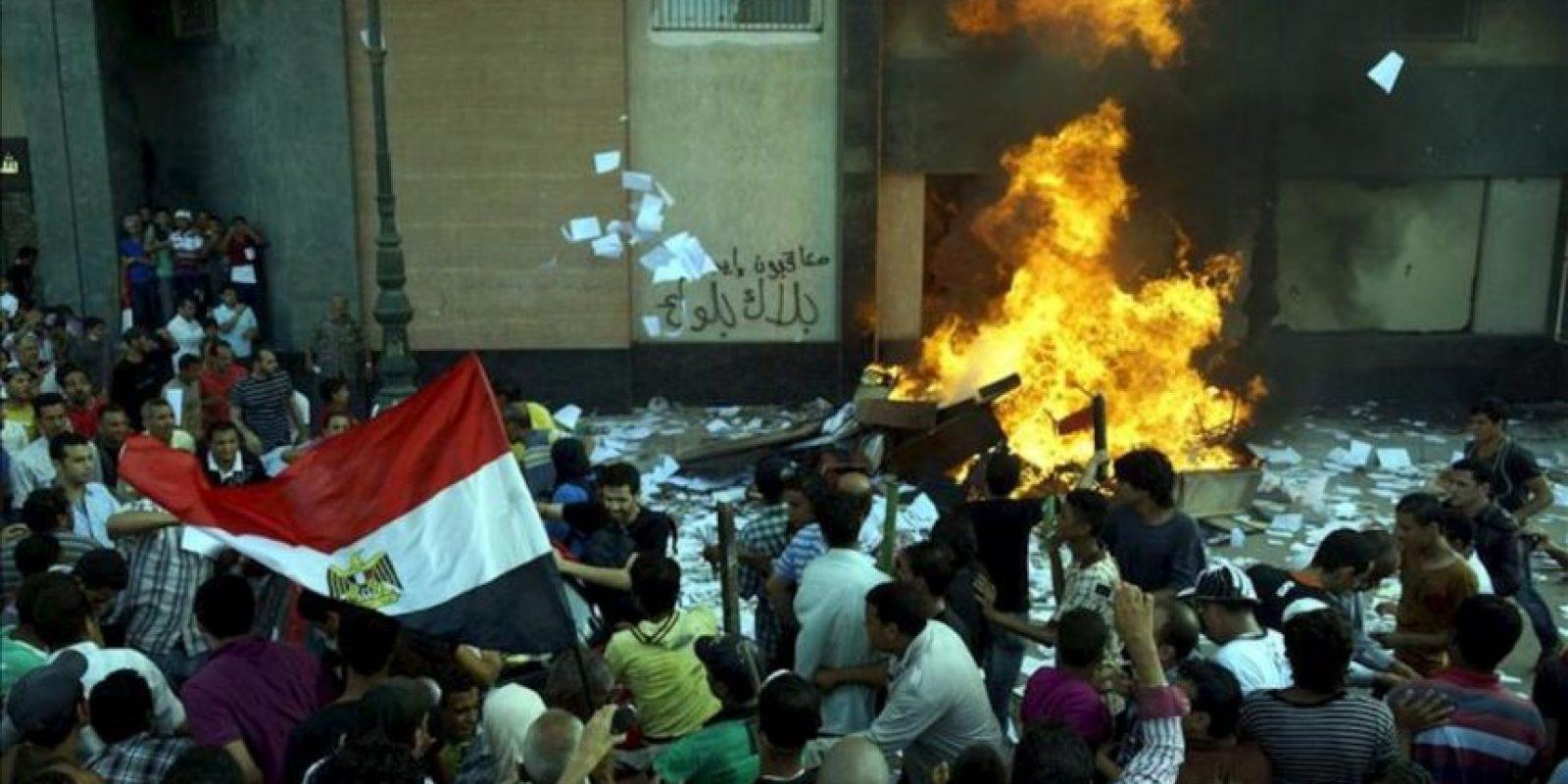 Varios detractores del presidente de Egipto, Mohamed Mursi, prenden fuego a la oficina de la hermandad musulmana en Alejandría, Egipto. EFE