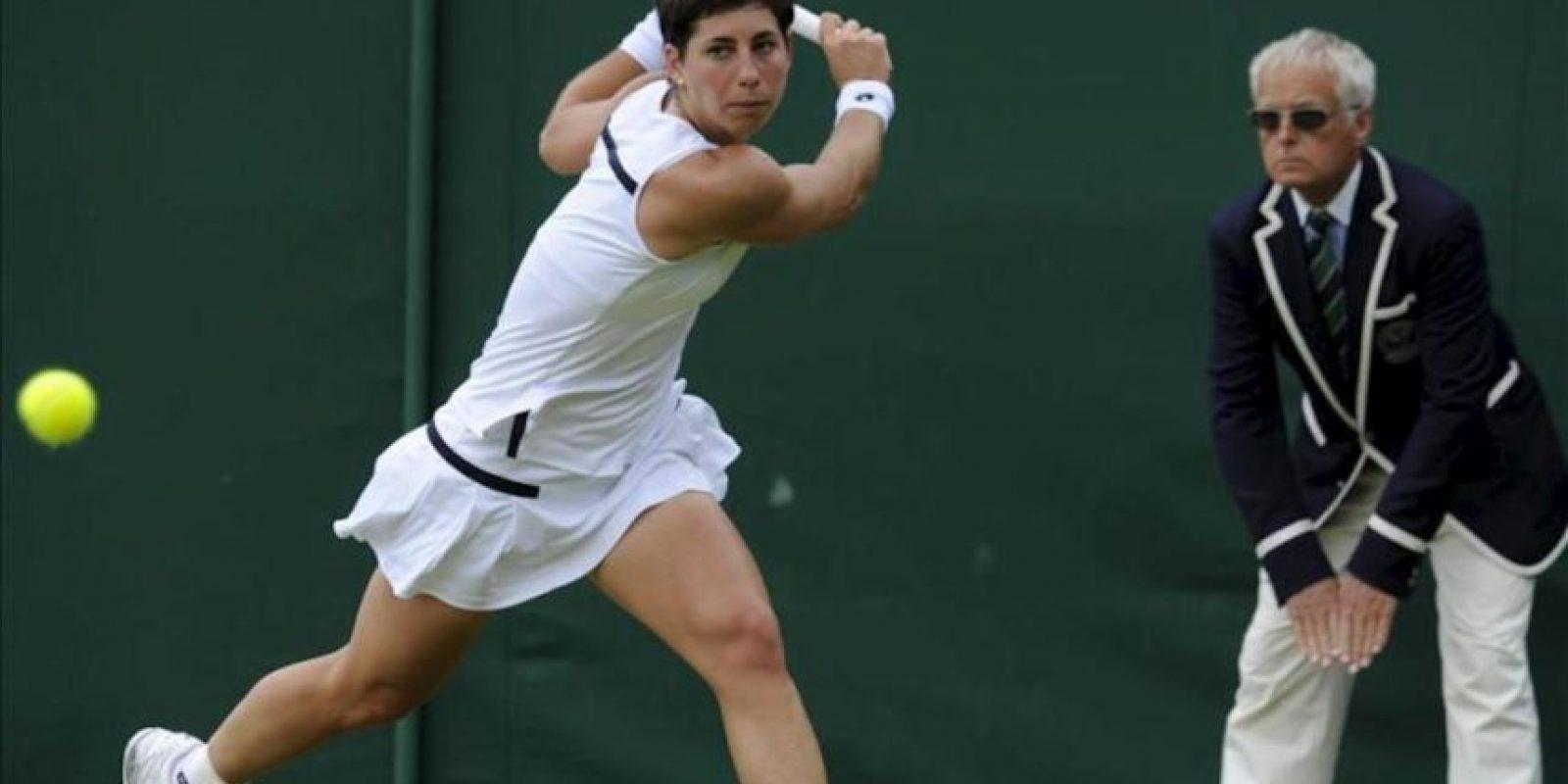 La tenista española Carla Suárez durante el partido de tercera ronda del torneo de Wimbledon. EFE