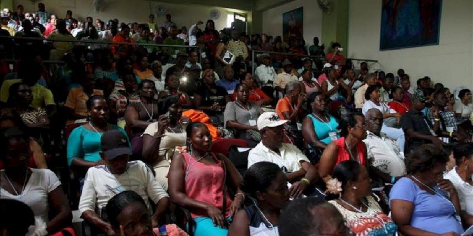 Líderes sociales, mujeres, jóvenes, estudiantes, sindicalistas, indígenas y afrodescendientes participan hoy, viernes 28 de junio de 2013, en la segunda ronda de Mesas Regionales de Paz promovidas por las Comisiones de Paz del Congreso, que recoge propuestas para la reparación de las víctimas, en Quibdó (Chocó). EFE