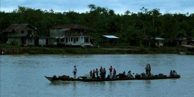 Fotografía fechada el 27 de junio de 2013, que muestra a grupo de personas navegando en el río Atrato en Quibdó, Chocó (Colombia). EFE