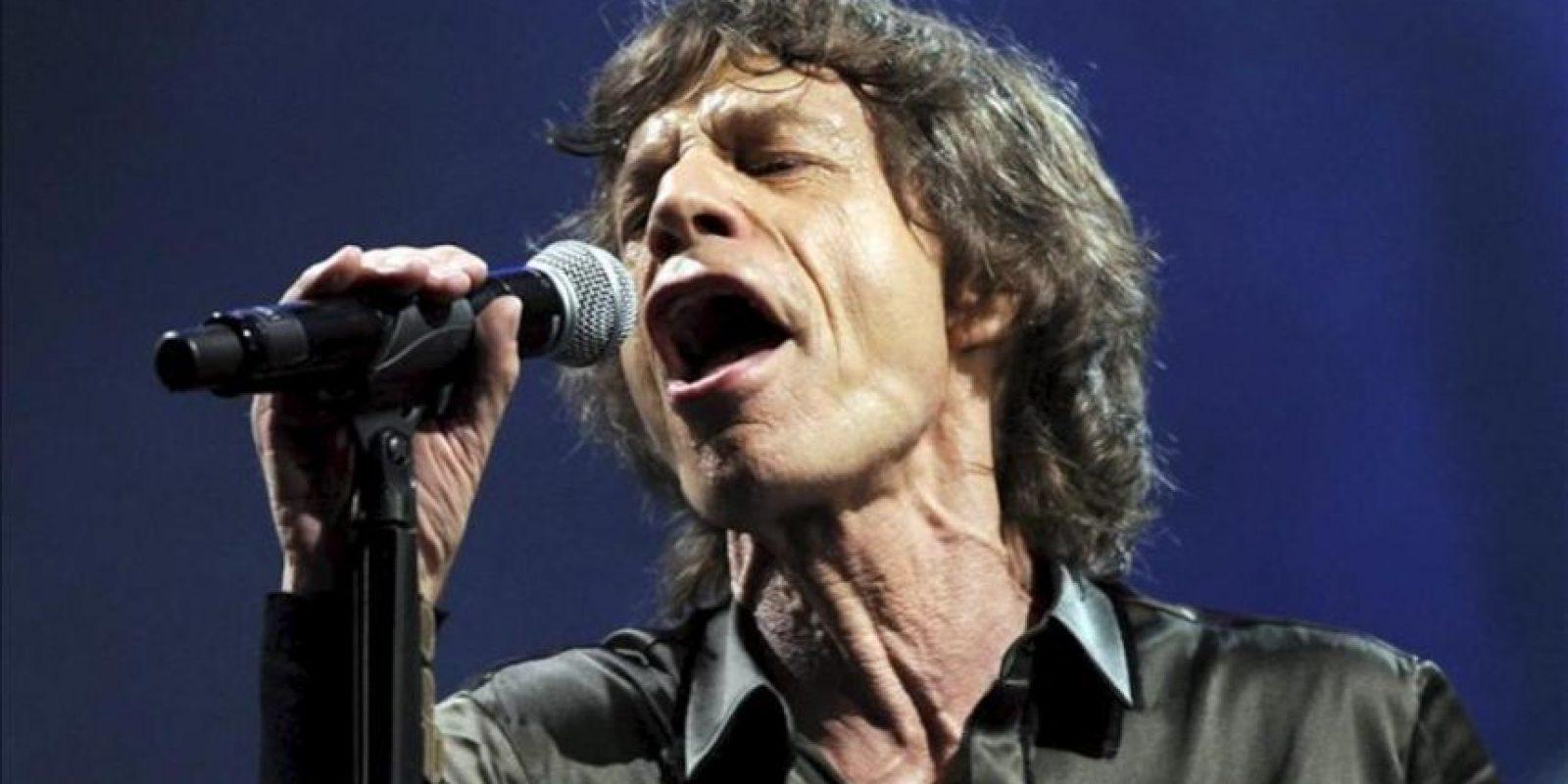 Mick Jagger, líder de la legendaria banda de rock Rolling Stones, en un momento de su actuación en el concierto que ofrecieron en el festival de música de Glastonbury. EFE
