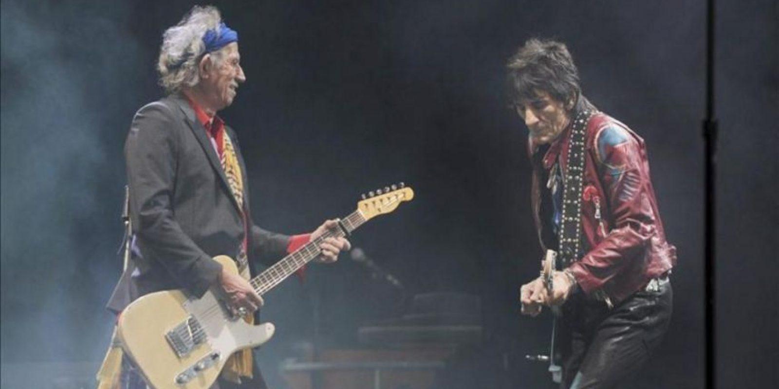 Los músicos británicos Keith Richards (I) y Ronnie Woods (D) de los Rolling Stones en un momento del concierto que ofrencieron en el festival de música de Glastonbury. EFE