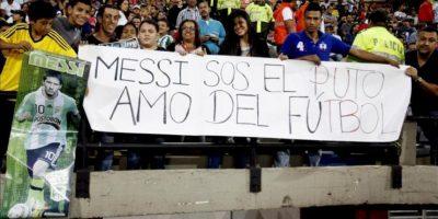 Fanáticos del futbolista argentino Lionel Messi sostienen un cartel momentos previos a un partido de exhibición entre Los Amigos de Messi y Amigos de Robinho este sábado 29 de junio de 2013, en el estadio Atanasio Girardot de Medellín (Colombia). EFE