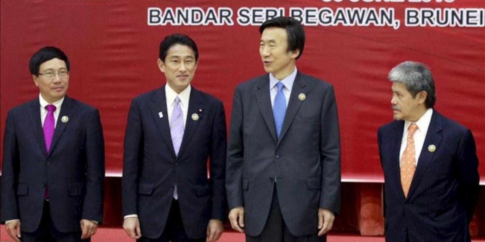 De izquierda a derecha los ministros de Exteriores de Vietnam, Pham Binh Minh, de Japón, Kishida Fumio, de Corea del Sur, Yun Byung Se, y de Brunei, Mohamed Bolkiah posan en la Cumbre de la ASEAN. EFE