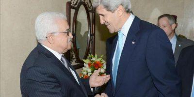 Imagen facilitada por la Autoridad Palestina del secretario de Estado de EEUU John Kerry (dcha) saludando hoy al presidente palestino Mahmoud Abbas en la Mukata. EFE