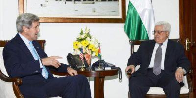 Imagen facilitada por la Autoridad Palestina del secretario de Estado de EEUU John Kerry (izda) durante su encuentro con el presidente palestino Mahmoud Abbas (dcha) en la Mukata. EFE
