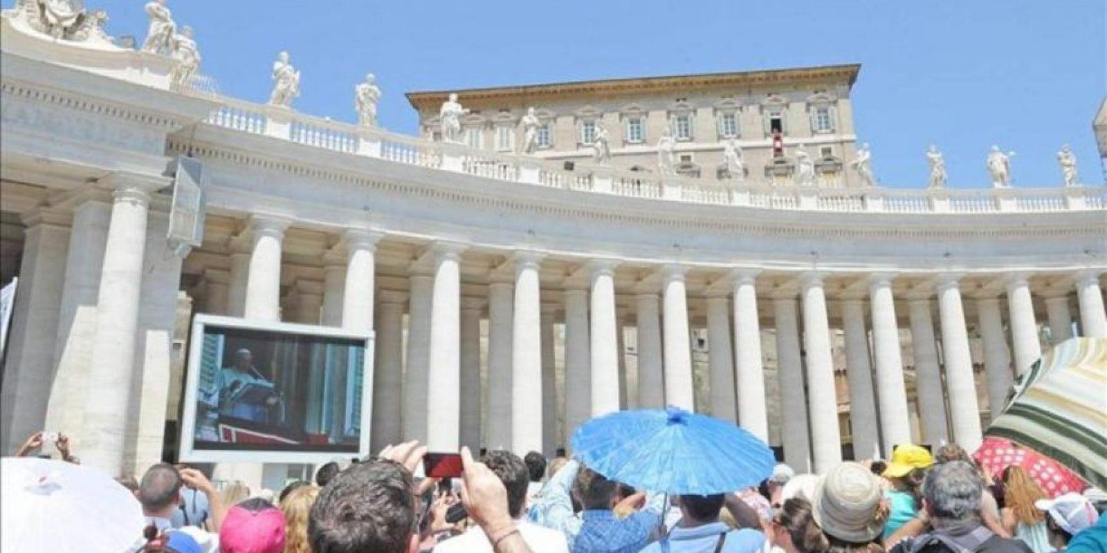 El pontífice ante los miles de fieles que acudieron a la plaza de San Pedro del Vaticano para el rezo del Ángelus dominical. EFE
