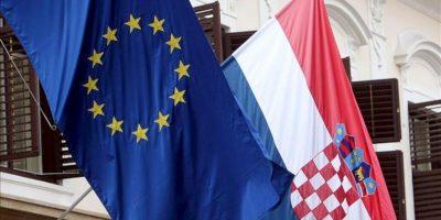 Banderas de Croacia (dcha) y la Unión Europea (izda) ondean en un edificio gubernamental en Zagreb (Croacia). Croacia se convertirá a partir de mañana, 1 de julio de 2013 en el vigésimo octavo miembro. EFE/Archivo