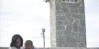 """El presidente estadounidense, Barack Obama, se mostró hoy """"muy conmovido"""" tras visitar la antigua prisión de la isla de Robben, donde el icono de la lucha contra el """"apartheid"""" (segregación racial) Nelson Mandela estuvo encarcelado 18 años, según la emisora local """"Eyewitness News"""". EFE"""