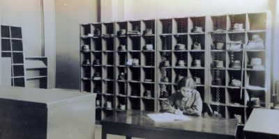Aquí, dos elementos que ya no existen en la biblioteca: los niños (ahora solo entran mayores de edad) y las roperías, donde la gente dejaba abrigos y sombreros. Tampoco existen ya las salas de lectura de señoras. Foto:Cortesía Biblioteca Nacional