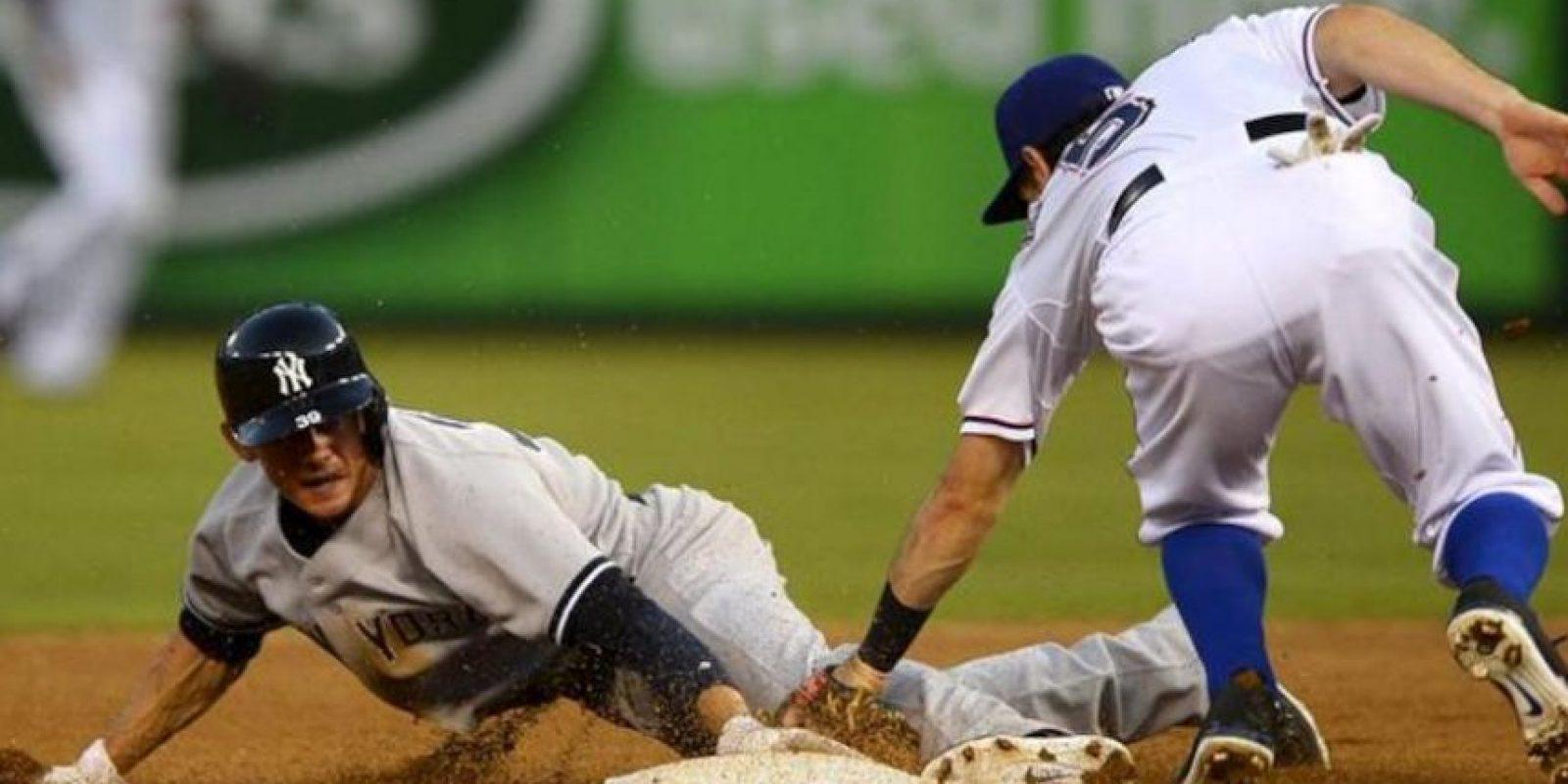 El jugador de los Yanquis de Nueva York Brent Lillibridge (L) se desliza a base junto a Ian Kinsler (d) de los Vigilantes de Texas el 23 de julio de 2013, durante su partido de la MLB en el Rangers Ballpark en Arlington, Texas (EE.UU.). EFE
