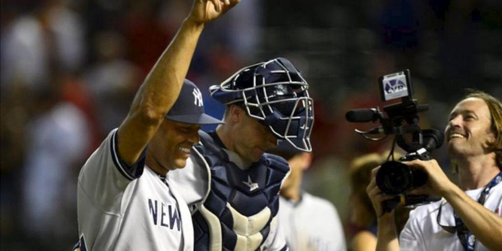 Mariano Rivera de los Yanquis de Nueva York sonríe a su salida del campo el 23 de julio de 2013, durante un partido de la MLB disputado, en el Rangers Ballpark en Arlington, Texas (EE.UU.). EFE