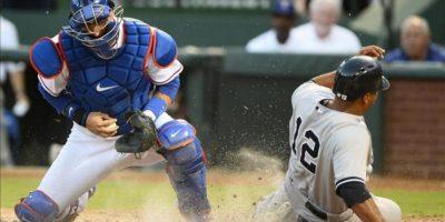 El jugador de los Yanquis de Nueva York Vernon Wells (d) se desliza al home junto a A.J. Pierzynski (i) de los Vigilantes de Texas el 23 de julio de 2013, durante su partido de la MLB en el Rangers Ballpark en Arlington, Texas (EE.UU.). EFE