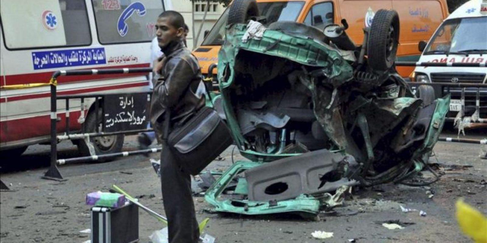 Un policía científico examina los restos de un vehículo destrozado por la explosion de una bomba en Alejandría. EFE/Archivo