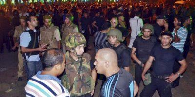 Numerosos oficiales de policía egipcios hacen guardia cerca de la comisaría en la que se registró anoche la explosión de una bomba que causó al menos un muerto y 28 heridos, en Mansura, capital de la provincia de Daqahiliya (Egipto). EFE