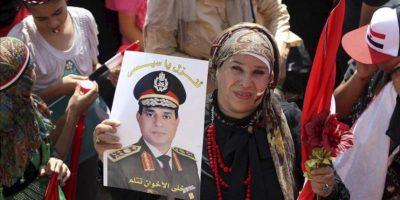 Simpatizantes del jefe del Ejército , Abdel Fatah el Sisi, se manifiestan en la plaza Tahrir de El Cairo, Egipto, el pasado 5 de julio. EFE/Archivo