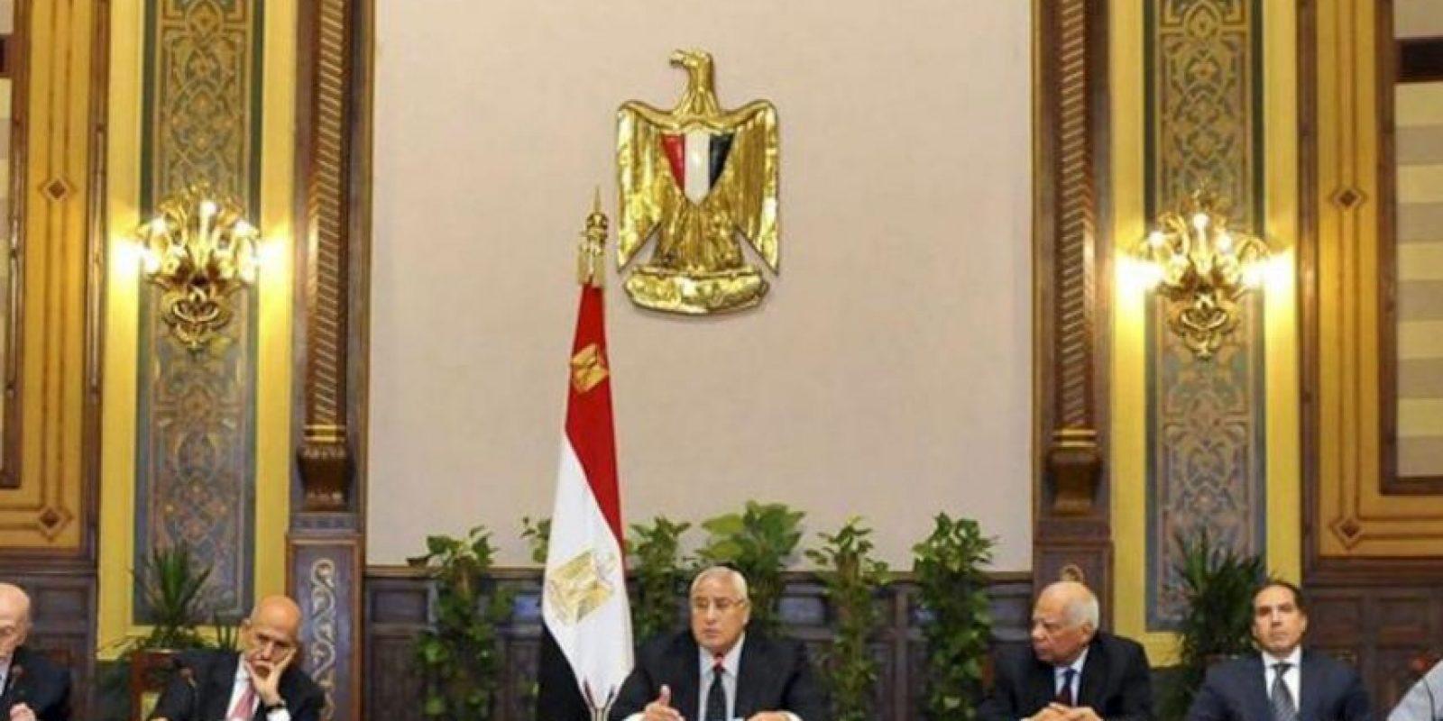 Fotografía facilitada por la Presidencia egipcia que muestra al presidente interino, Adli Mansur (3º izq), mientras preside la primera reunión para analizar el proceso de reconciliación nacional en El Cairo (Egipto) hoy, miércoles 24 de julio de 2013. EFE