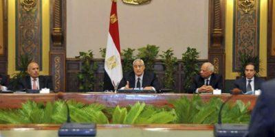 Fotografía facilitada por la Presidencia egipcia que muestra al presidente interino, Adli Mansur (c), mientras preside la primera reunión para analizar el proceso de reconciliación nacional en El Cairo (Egipto) hoy, miércoles 24 de julio de 2013. EFE