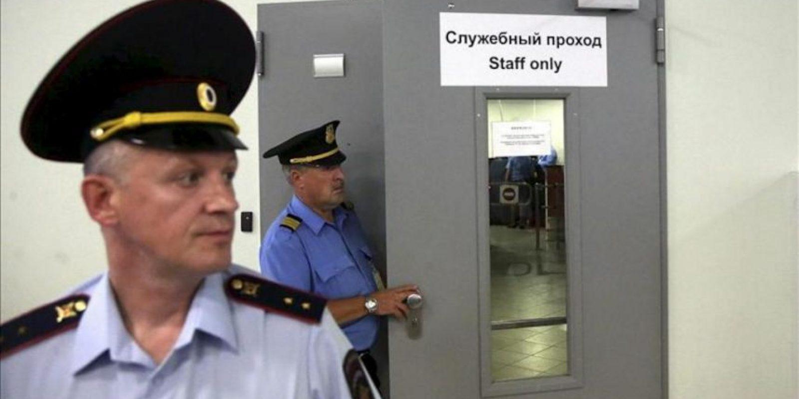 Policías rusos vigilan en las inmediaciones de una puerta que conduce a la zona de tránsito del aeropuerto de Sheremetyevo, en Moscú, Rusia, hoy 24 julio de 2013. EFE