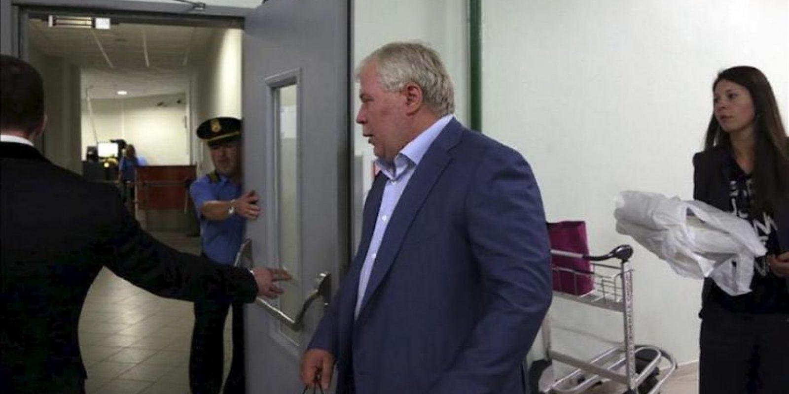 El abogado ruso Anatoly Kucherena (c), que asiste al exanalista de la CIA perseguido por EEUU, Edward Snowden, a su llegada a la zona de tránsito de la terminal E del aeropuerto de Sheremetyevo, en Moscú, Rusia, hoy 24 julio de 2013. EFE