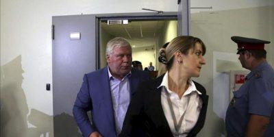 El abogado ruso Anatoly Kucherena (i), que asiste al exanalista de la CIA perseguido por EEUU, Edward Snowden, abandona la zona de tránsito de la terminal E del aeropuerto de Sheremetyevo, en Moscú, Rusia, hoy 24 julio de 2013. EFE