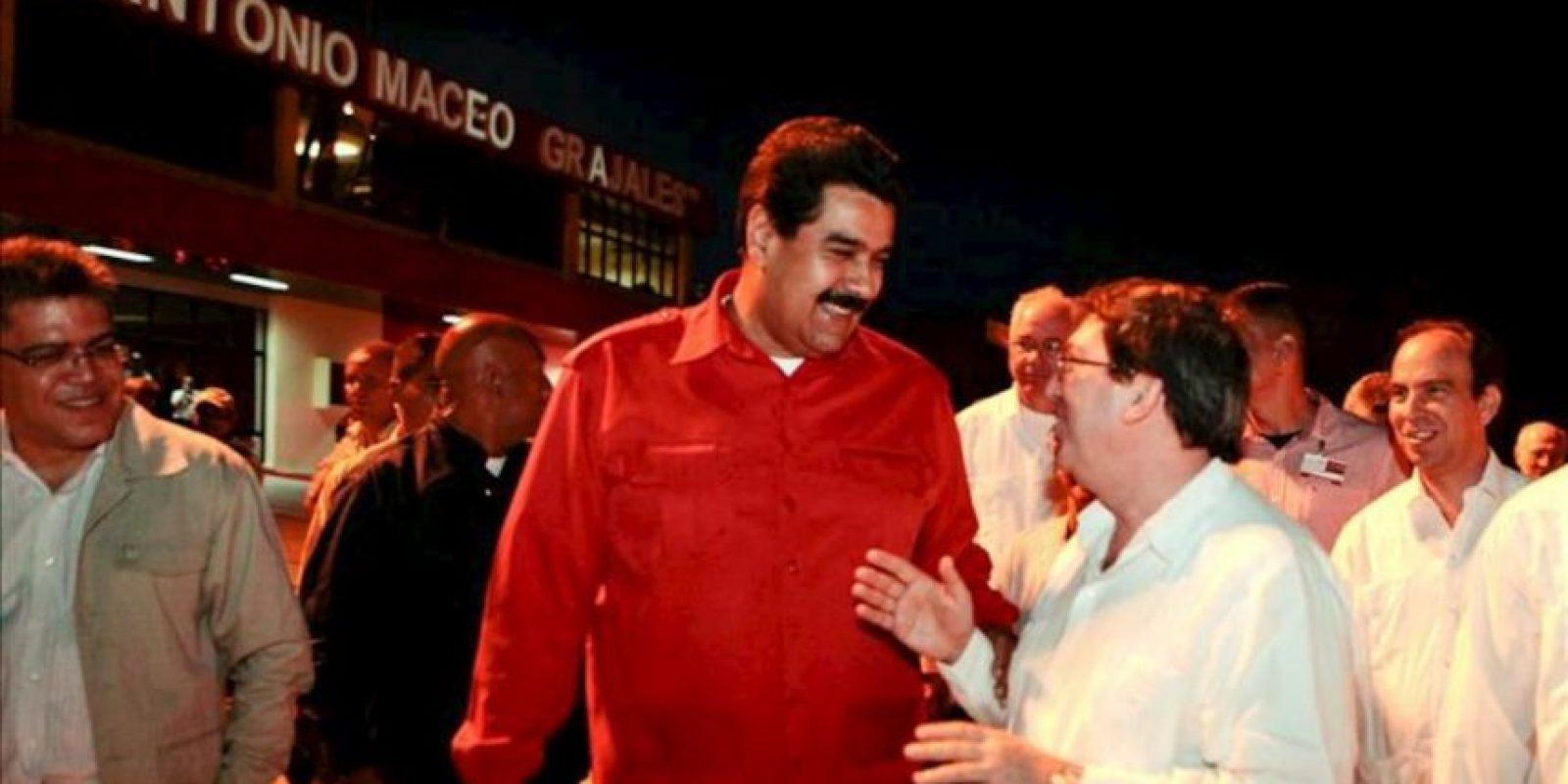 Fotografía cedida por Prensa Miraflores donde se observa al mandatario de Venezuela, Nicolás Maduro (c), a su llegada a la ciudad oriental de Santiago de Cuba para unirse a otros gobernantes de la región que participarán en el acto central por el aniversario 60 del asalto al cuartel Moncada, que marca el inicio de la revolución de la isla. EFE