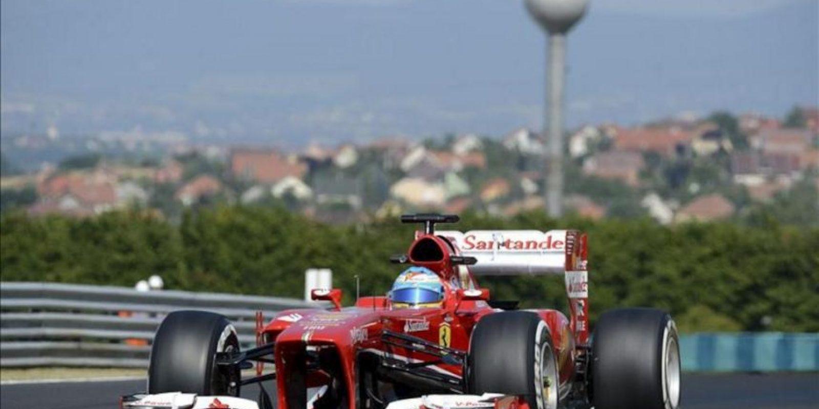 El piloto español de la escudería Ferrari Fernando Alonso asiste a la primera sesión de entrenamiento libre para el Gran Premio de Hungría. EFE