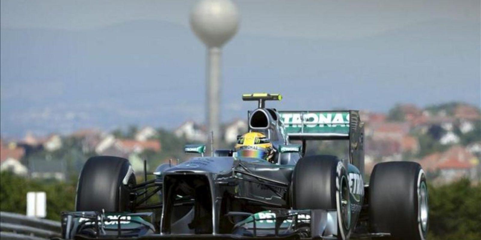 El piloto británico de la escudería Mercedes AMG Lewis Hamilton asiste a la primera sesión de entrenamiento libre para el Gran Premio de Hungría. EFE