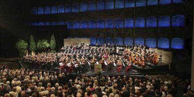 Varios músicos de la red nacional de orquestas infantiles y juveniles de Venezuela, tocan durante su actuación en la inauguración del Festival de Salzburgo celebrada en el teatro Felsenreitschule (Austria). EFE