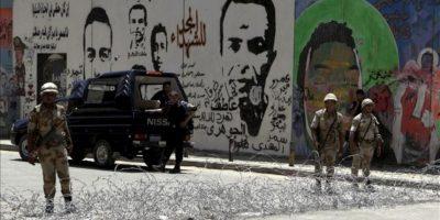 Soldados egipcios hacen guardia cerca de la entrada a la plaza Tahrir en El Cairo (Egipto). EFE
