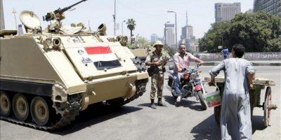 Un soldado egipcio hace guardia junto a unos tanques cerca de la entrada a la plaza Tahrir en El Cairo (Egipto) hoy, jueves 26 de julio de 2013. EFE