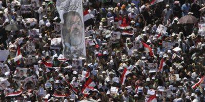 Simpatizantes del depuesto presidente Mohamed Mursi protestan cerca de la mezquita de Rabaa al-Adawiya en El Cairo (Egipto) hoy, jueves 26 de julio de 2013. EFE