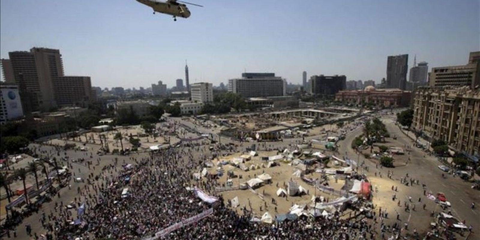 Manifestantes rezan durante una protesta en la Plaza Tahrir en El Cairo (Egipto) hoy, jueves 26 de julio de 2013. La organización Amnistía Internacional (AI) instó a las fuerzas del orden egipcias a permanecer imparciales y a proteger a todos los ciudadanos, con motivo de las protestas convocadas para hoy por partidarios y detractores del depuesto presidente Mohamed Mursi. EFE