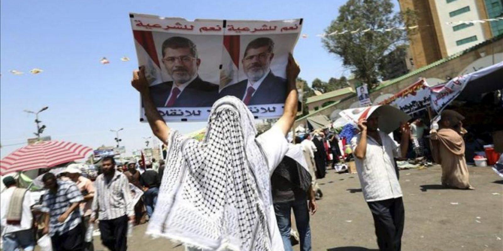 Simpatizantes del depuesto presidente Mohamed Mursi protestan cerca de la mezquita de Rabaa al-Adawiya en El Cairo (Egipto). EFE