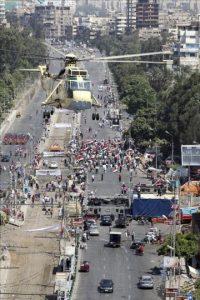 Un helicóptero del ejército egipcio sobrevuela una concentración de oposición al depuesto presidente Mohamed Morsi, junto al Palacio Presidencial en El Cairo (Egipto) hoy, jueves 26 de julio de 2013. EFE