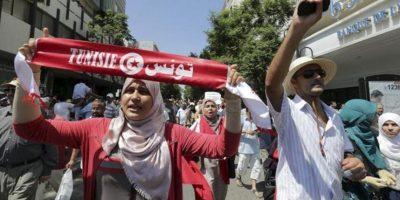 Tunecinos protestan por la muerte del político opositor Mohamed Brahimi, integrante de la Asamblea Nacional Constituyente, en Túnez, hoy 26 de julio de 2013. EFE