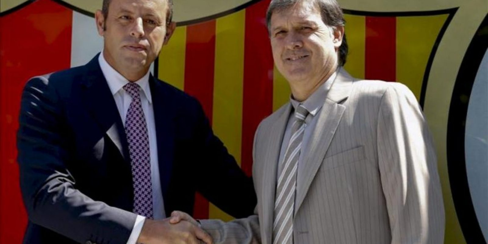 El nuevo entrenador del FC Barcelona, Gerardo 'Tata' Martino (d), acompañado por el presidente azulgrana, Sandro Rosell, esta mañana en el Camp Nou, durante su presentación como nuevo técnico del club para las dos próximas temporadas. EFE