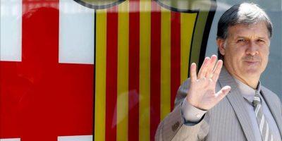 """El técnico argentino Gerardo """"Tata"""" Martino posa ante el escudo del FC Barcelona durante su presentación hoy como nuevo entrenador del club de fútbol. EFE"""