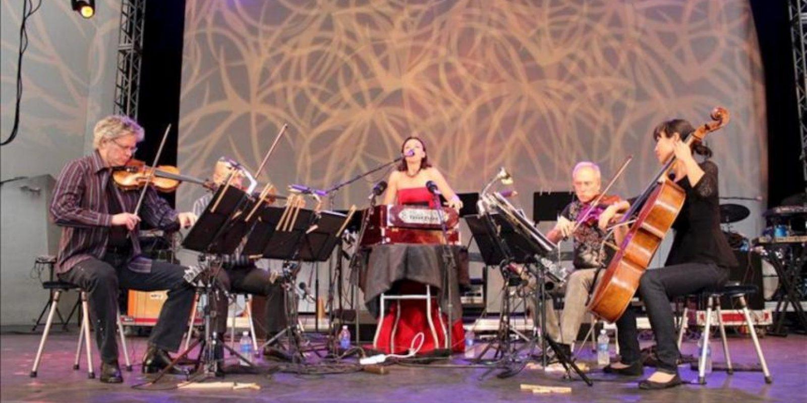 De izda. a dcha., David Harrington, que fundó el Kronos Quartet en Seattle (Washington) en 1973, junto a John Sherba al violin, Hank Durtt a la viola, Sunny Yang en el violonchelo y Mariana Sadovska como solista. EFE