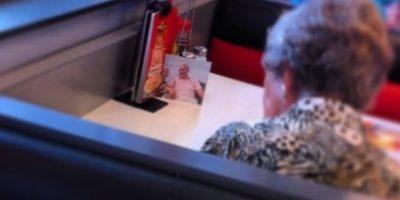 Esta mujer almuerza todos los días con su esposo, a pesar de que él ya falleció. Foto:buzzfeed.com