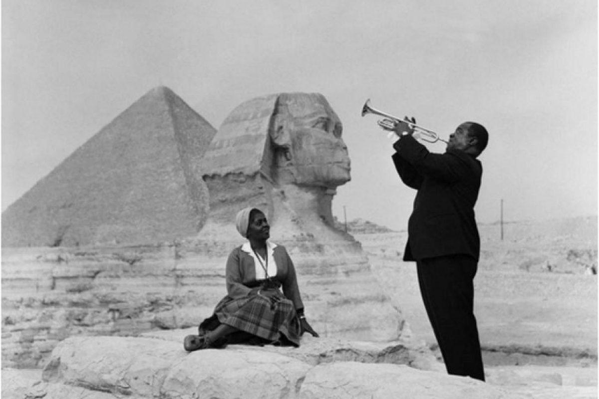 Louis Armstrong tocando para su esposa en Giza, 1961 Foto:all-that-is-interesting.com