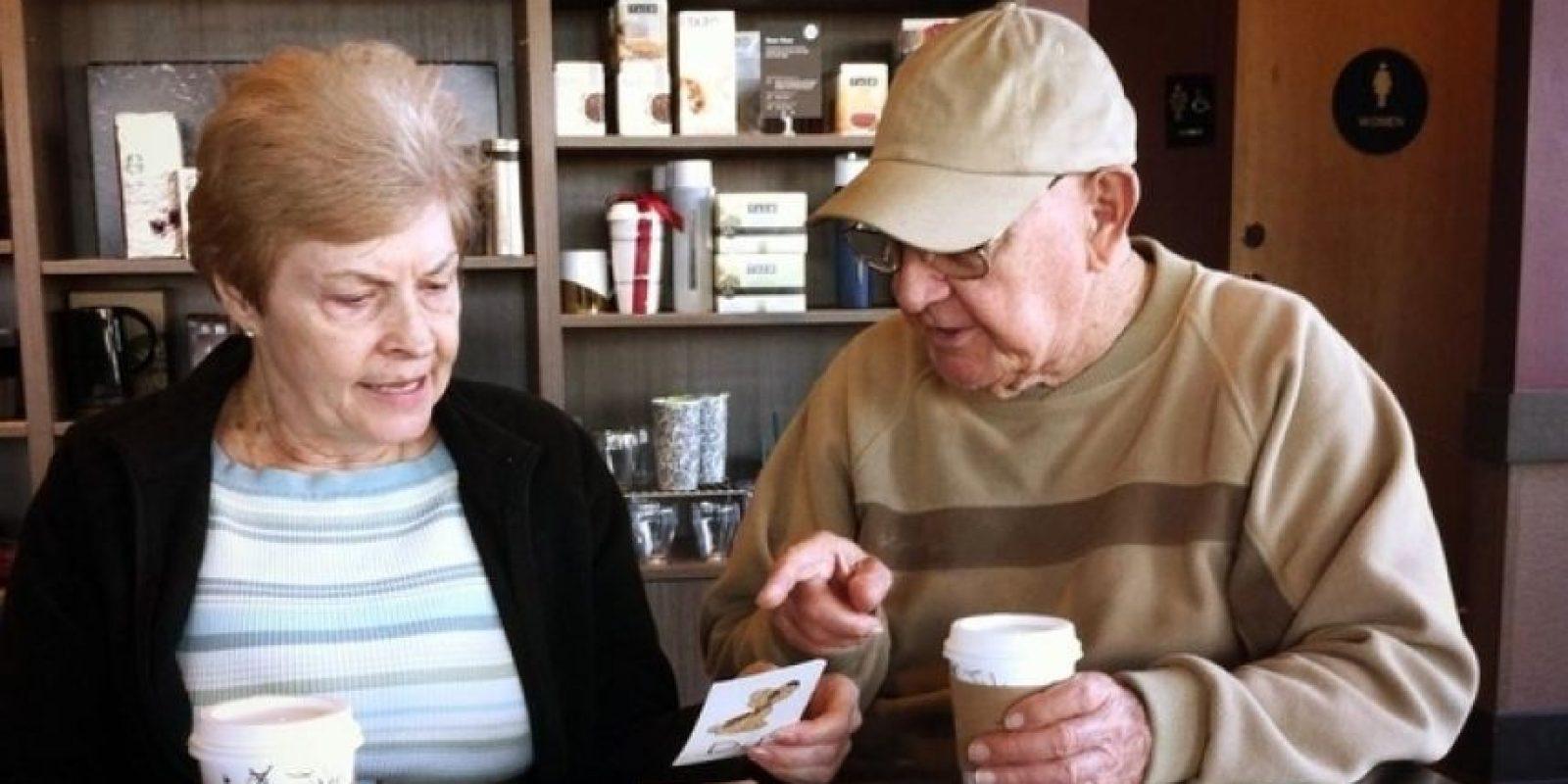 Este hombre enseñándole a su esposa el alfabeto luego de que perdiera la memoria. Foto: r2.reddit.com