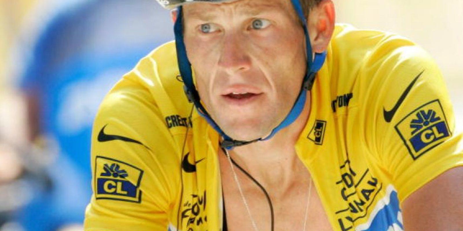 Cuando tenía 25 años, el ciclista fue diagnósticado con cáncer de testículos. La enfermedad puso en peligro su vida, pero se sometió a un intenso tratamiento y logró vencerla. Su preparación como atleta ayudó a que pudiera recibir las quimioterapias sin muchas alteraciones. Entonces regresó al ciclismo para ganar siete veces el Tour de Francia. También tiene un hijo. FOTO: Getty Images