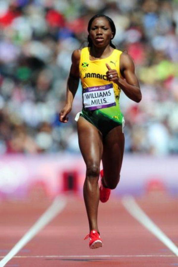 La velocista jamaiquina Novlene Williams Mills celebró en agosto de 2012 una medalla de bronce en los relevos 4×100 m junto con sus compañeras de equipo, pero su mente no estaba ahí. Tres días después fue operada a causa de un tumor cancerígeno en el pecho que le fue diagnosticado un mes antes de las competencias olímpicas y que mantuvo en secreto para no afectar a sus compañeros de equipo. La operación fue un éxito y en 2013 regresó a las pistas dispuesta a seguir compitiendo y cosechando medallas para su pais. FOTO: Getty Images